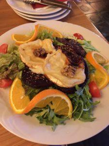 Salat mit gratinierten Ziegenkäse
